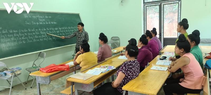 Lớp học xóa mù chữ ở bản Nậm Tỉa, xã Sam Kha, Sốp Cộp, với các học viên người Thái, tuổi từ 22 đến 56.