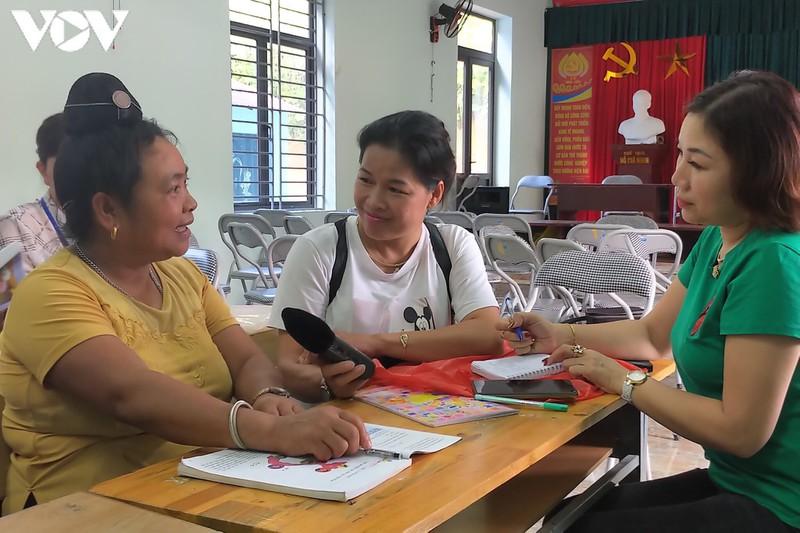 Bà Lò Thị Panh, học viên lớn tuổi nhất lớp học xóa mù chữ ở bản Nậm Tỉa chia sẻ niềm vui với phóng viên VOV khi biết chữ.