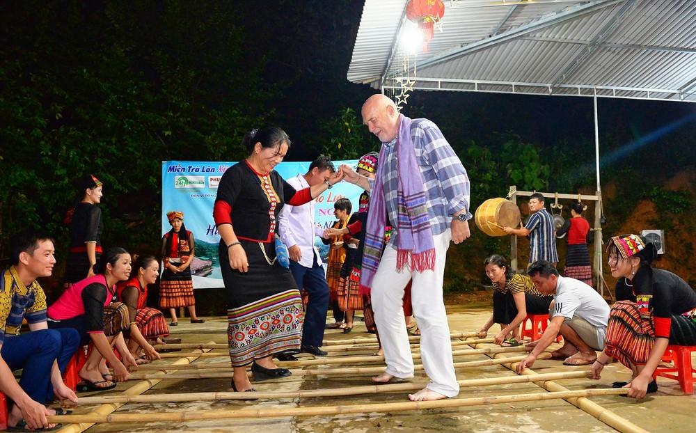 Du khách nước ngoài say sưa với điệu nhảy sạp tại điểm du lịch cộng đồng bản Khe Rạn, xã Bồng Khê ,huyện Con Cuông