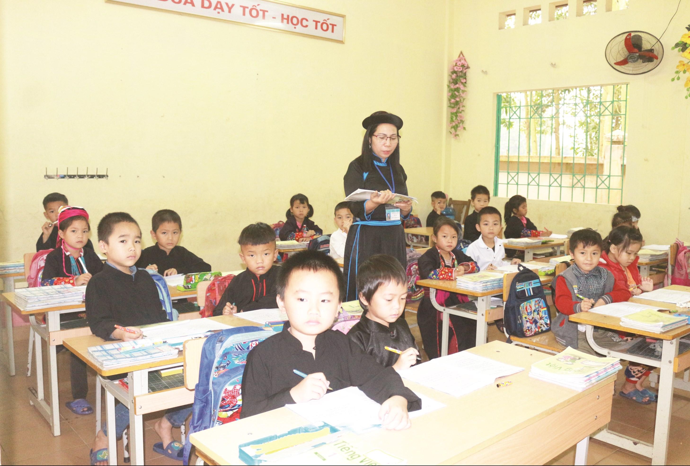 Bảo đảm học sinh vùng khó khăn có đầy đủ sách vở đến trường là trách nhiệm không chỉ của riêng ngành Giáo dục.