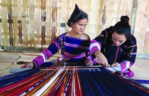 Phụ nữ Bahnar ở làng Pơ Nang luôn có ý thức gìn giữ nghề dệt thổ cẩm truyền thống . Ảnh: Hồng Điệp