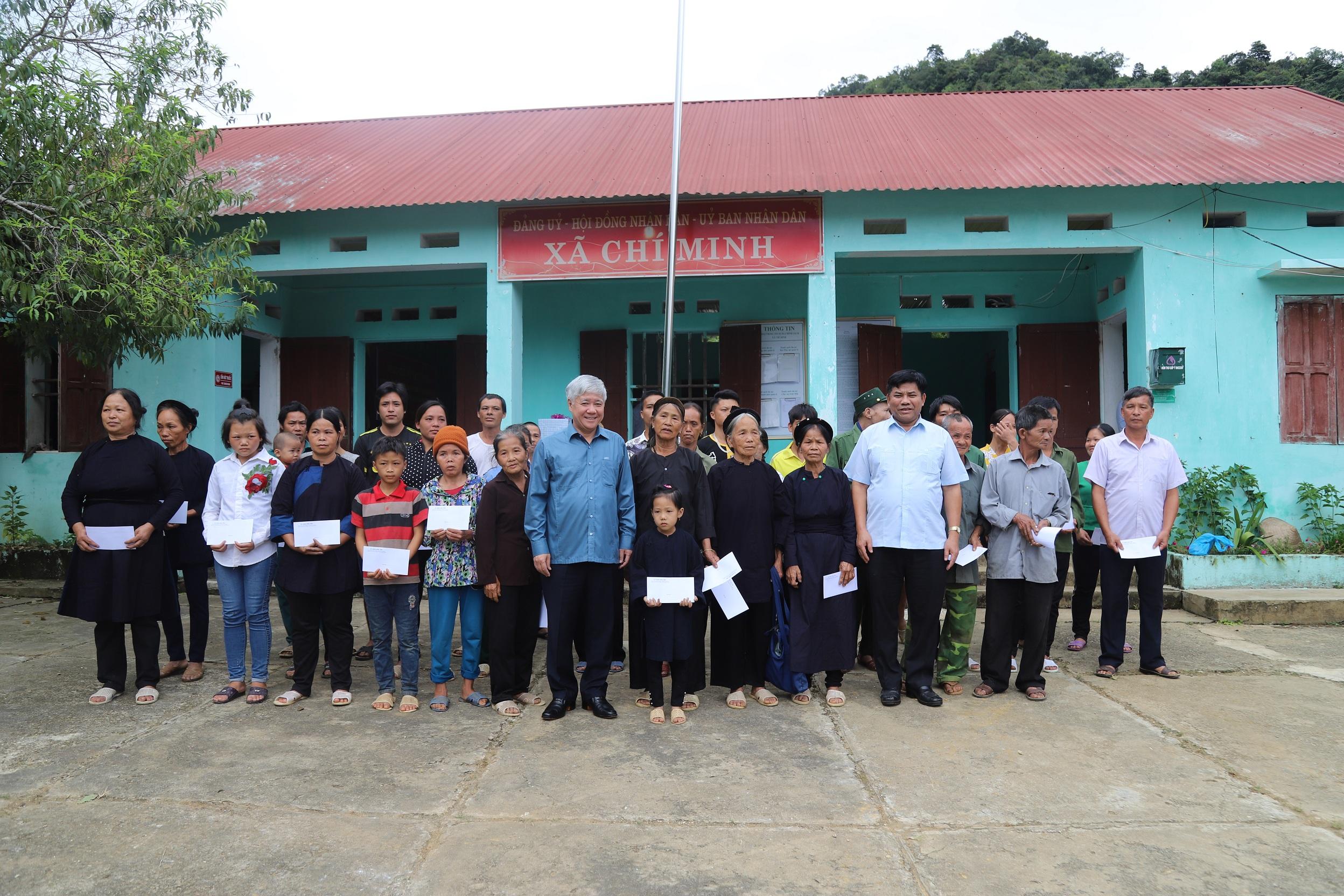 Bộ trưởng, Chủ nhiệm Đỗ Văn Chiến và Thứ trưởng, Phó Chủ nhiệm Y Thông tặng quà cho hộ đồng bào DTTS nghèo xã Chí Minh.