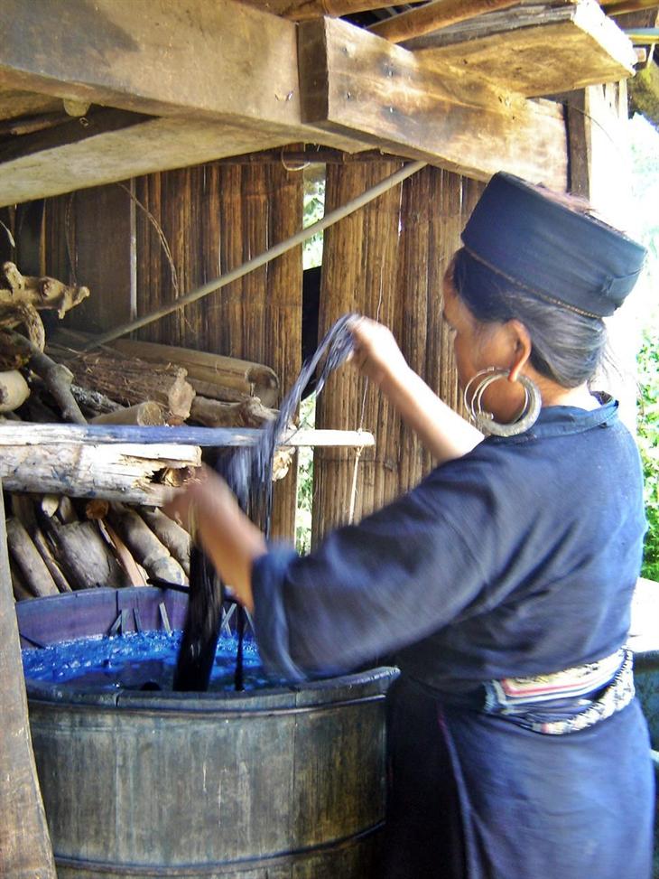 Để sợi lanh chắc hơn, họ sử dụng một dụng cụ đòi hỏi sự phối hợp nhịp nhàng giữa tay và chân để se sợi.