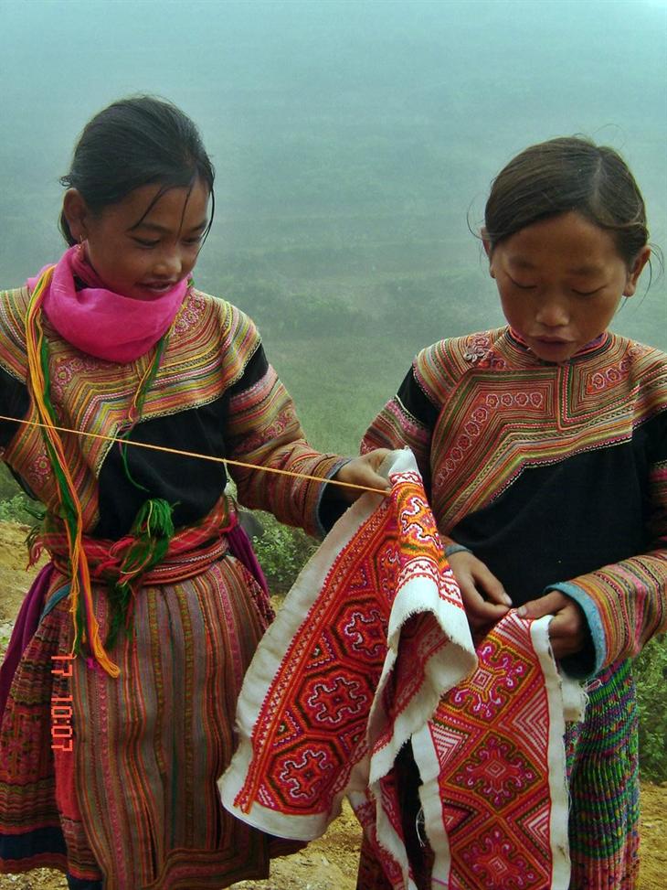 Ngay từ nhỏ, trẻ em gái người Mông đã được học cách thêu hoa văn lên tấm vải lanh.