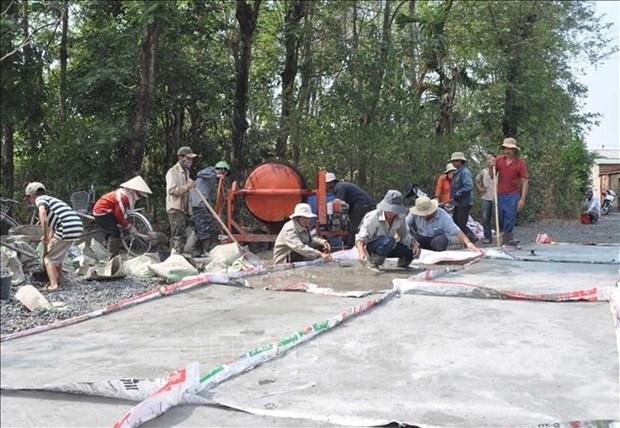 Người dân huyện Krông Bông chung tay xây dựng nông thôn mới làm đường giao thông nông thôn. Ảnh: TTXVN