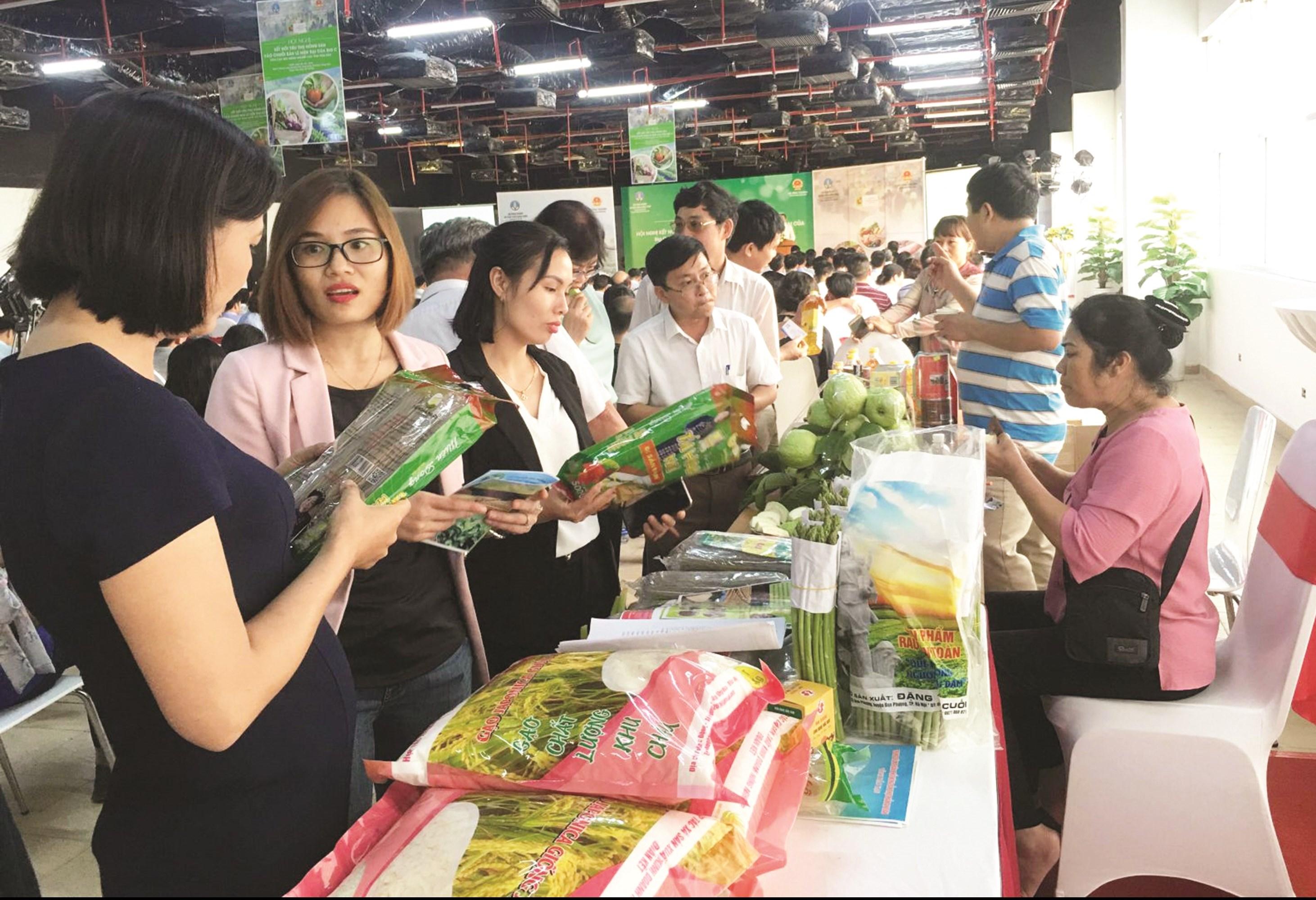 Giới thiệu, quảng bá, kết nối sản phẩm OCOP gắn với văn hóa các tỉnh miền núi phía Bắc tại phố đi bộ Trịnh Công Sơn (Hà Nội) diễn ra hồi tháng 7/2020