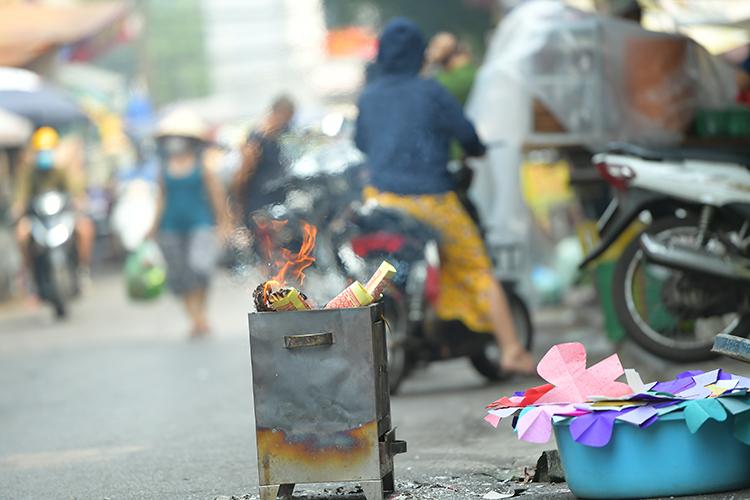 Nhiều người chủ quan trong quá trình hóa vàng không trông coi, tàn lửa có thể cháy lan sang các vật dụng xung quanh