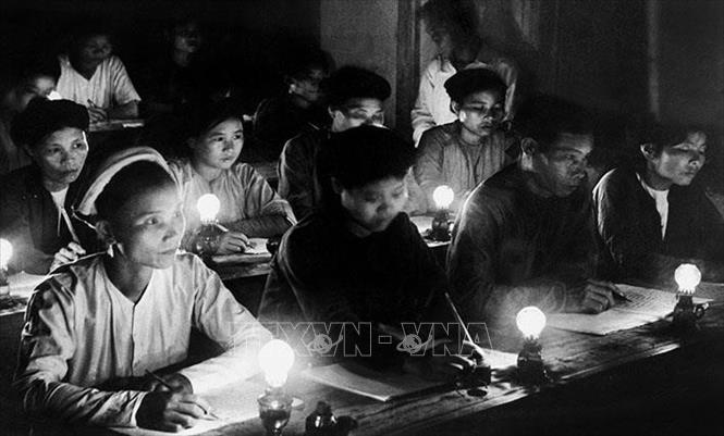 """""""Bình dân học vụ"""" là phong trào xóa nạn mù chữ trong toàn dân, được Chính phủ lâm thời nước Việt Nam Dân chủ Cộng hòa phát động ngày 8/9/1945, ngay sau khi Việt Nam giành được độc lập, nhằm giải quyết """"giặc dốt"""" - một trong các vấn đề cấp bách nhất của đất nước thời gian đó. Ảnh: Tư liệu TTXVN"""