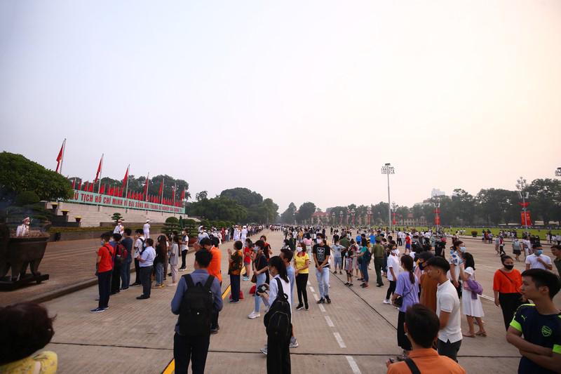 Sau khi lễ chào cờ kết thúc, người dân di chuyển đến thắp hương trước Lăng Bác. Hôm nay cũng là kỷ niệm 51 năm ngày mất của Chủ tịch Hồ Chí Minh