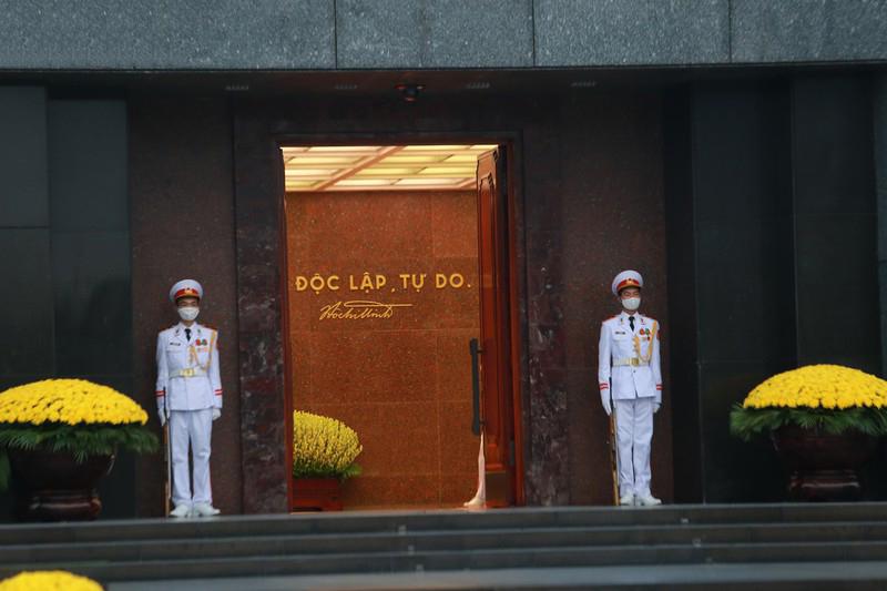 Cửa Lăng được mở trong thời gian nghi lễ chào cờ diễn ra