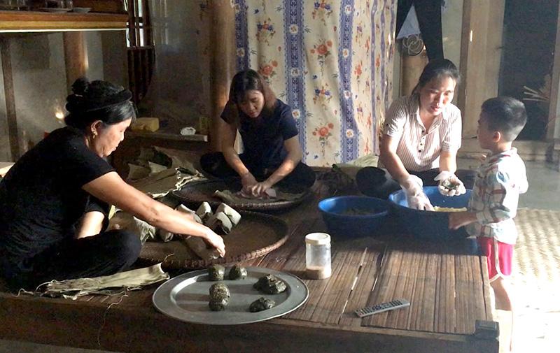 Người dân thôn Ngọc Lâu, xã Vinh Quang (Chiêm Hóa) gói bánh gai để dâng lên tổ tiên trong ngày Rằm