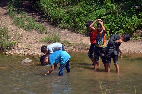 Học sinh giải nhiệt sau khi đi bộ hơn 7km đến trường.