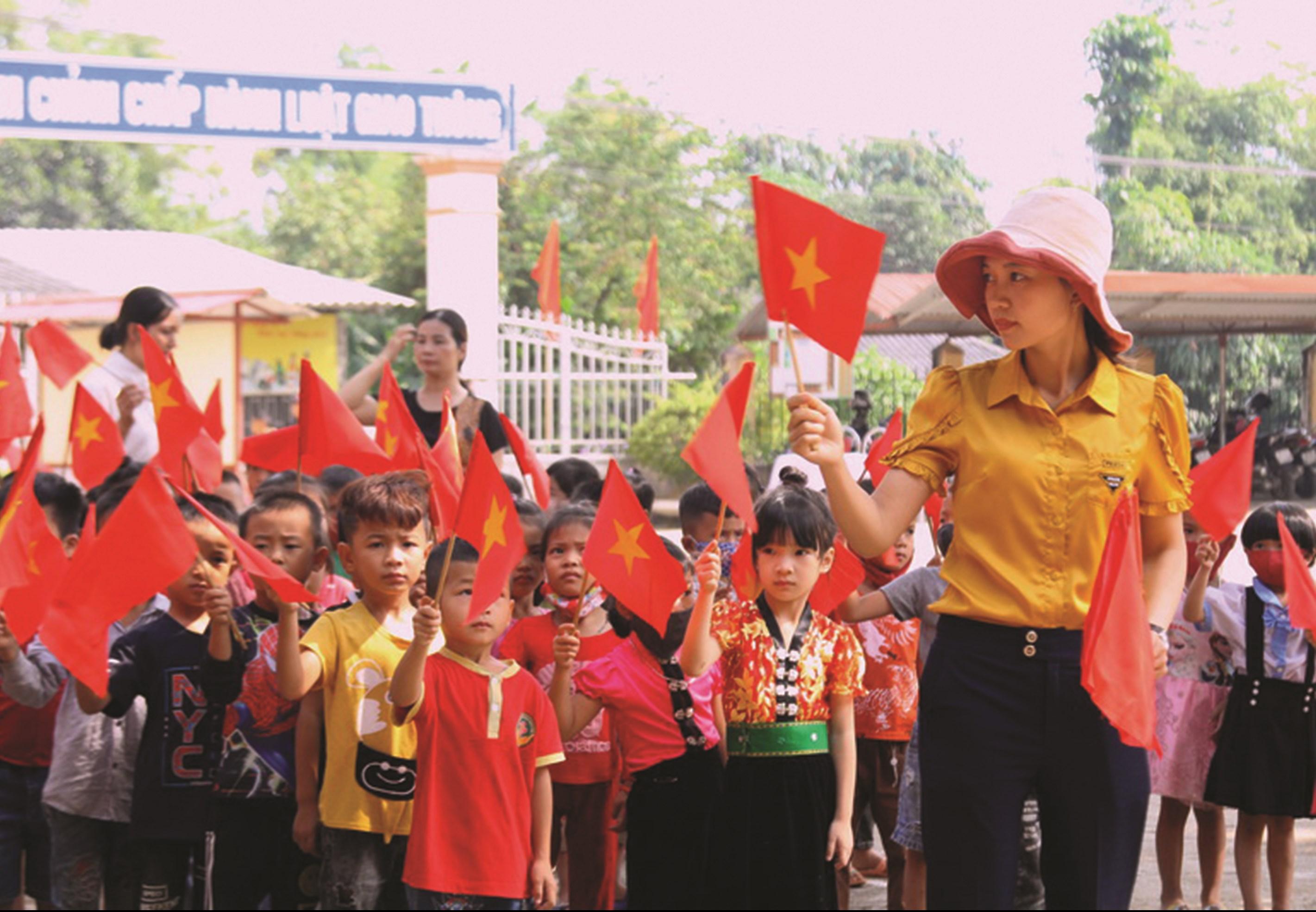 Tại Yên Bái, học sinh lớp 1 được giáo viên hướng dẫn để diễu hành khối đầu cấp trong Lễ khai giảng. (Ảnh TL)