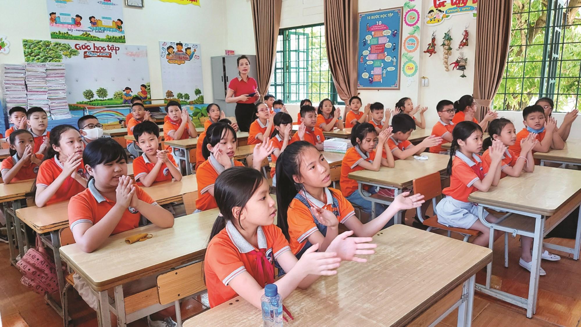 Năm học 2020 - 2021, tỉnh Lào Cai có hơn 220 nghìn học sinh ở các cấp học. Các trường đều thực hiện nghiêm việc phòng, chống dịch bệnh Covid -19 trong ngày học sinh tựu trường