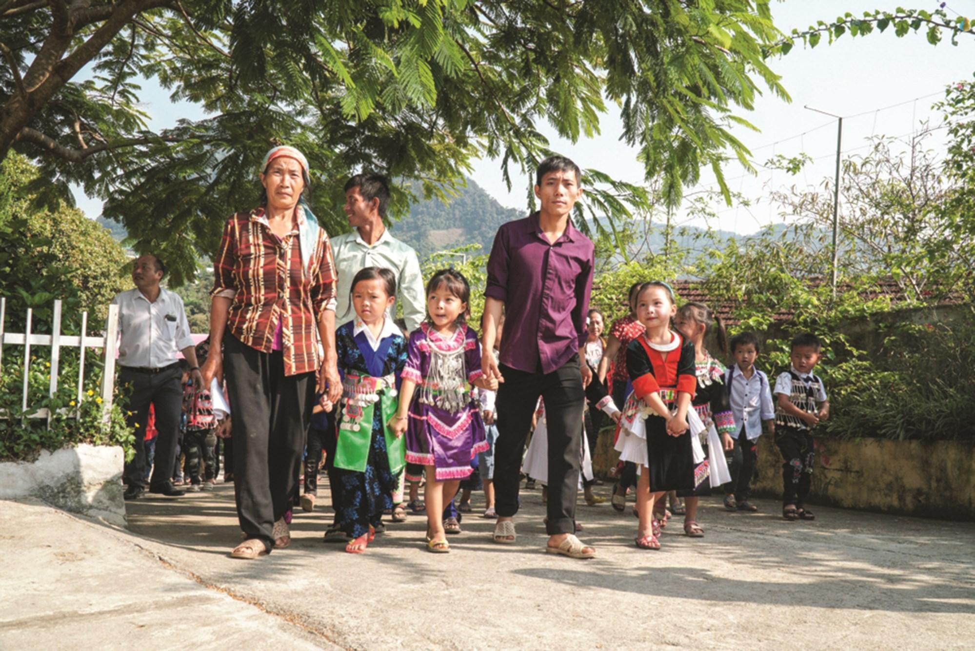 Tại Nghệ An, năm học 2020 - 2021, toàn tỉnh có khoảng 840 nghìn học sinh của hơn 1.500 trường học. Ngày tựu trường năm nay tổ chức muộn hơn so với các năm học trước do dịch Covid-19. Tuy nhiên, các hoạt động trong ngày tựu trường đều được các trường tổ chức chu đáo, tạo tâm thế chủ động cho năm học mới. (Trong ảnh: Phụ huynh trên địa bàn xã biên giới Nậm Cắn, huyện Kỳ Sơn náo nức đưa học sinh tựu trường năm học 2020 - 2021)