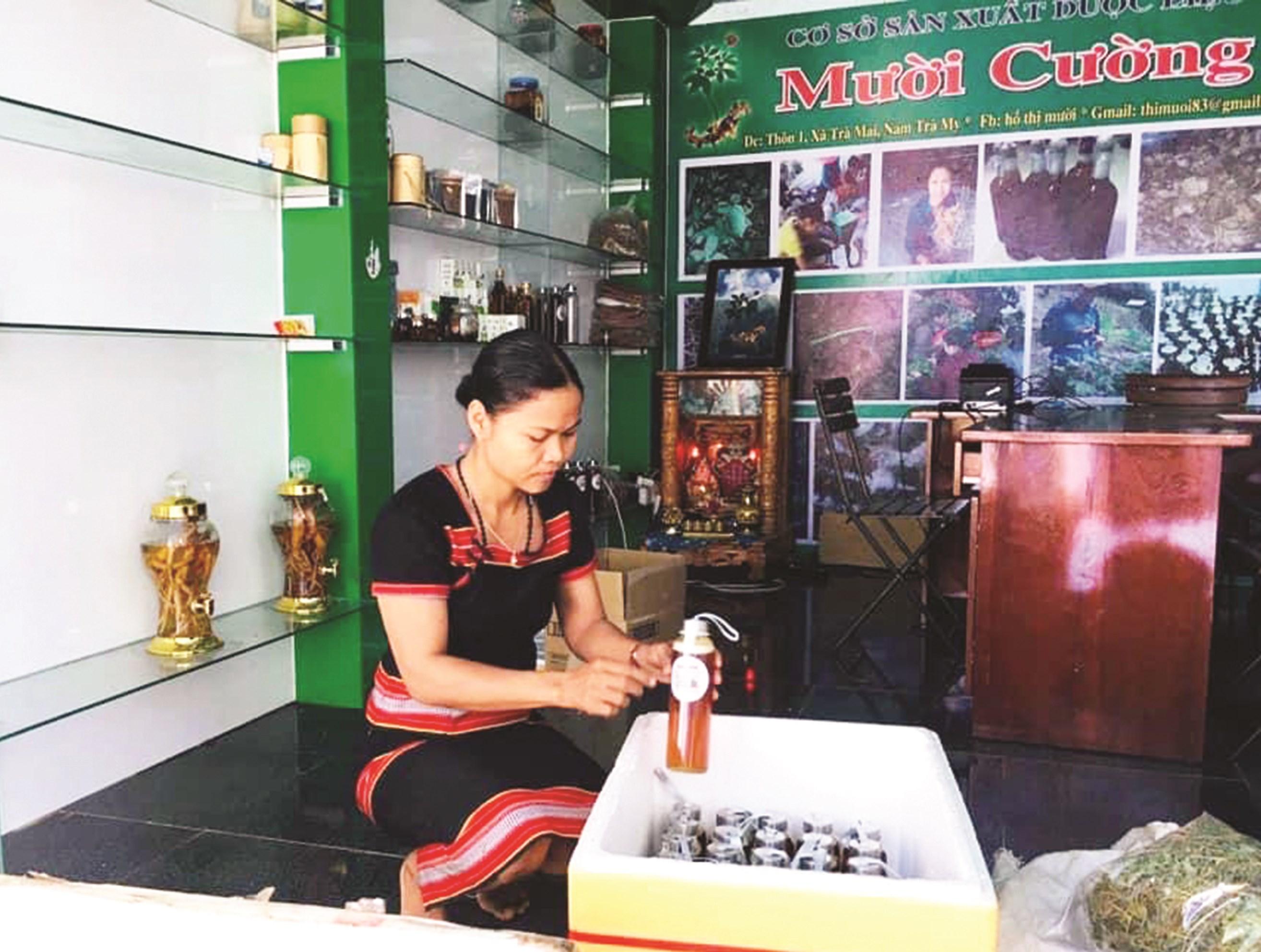 Chị Hồ Thị Mười bên các sản phẩm nông sản, dược liệu của mình.