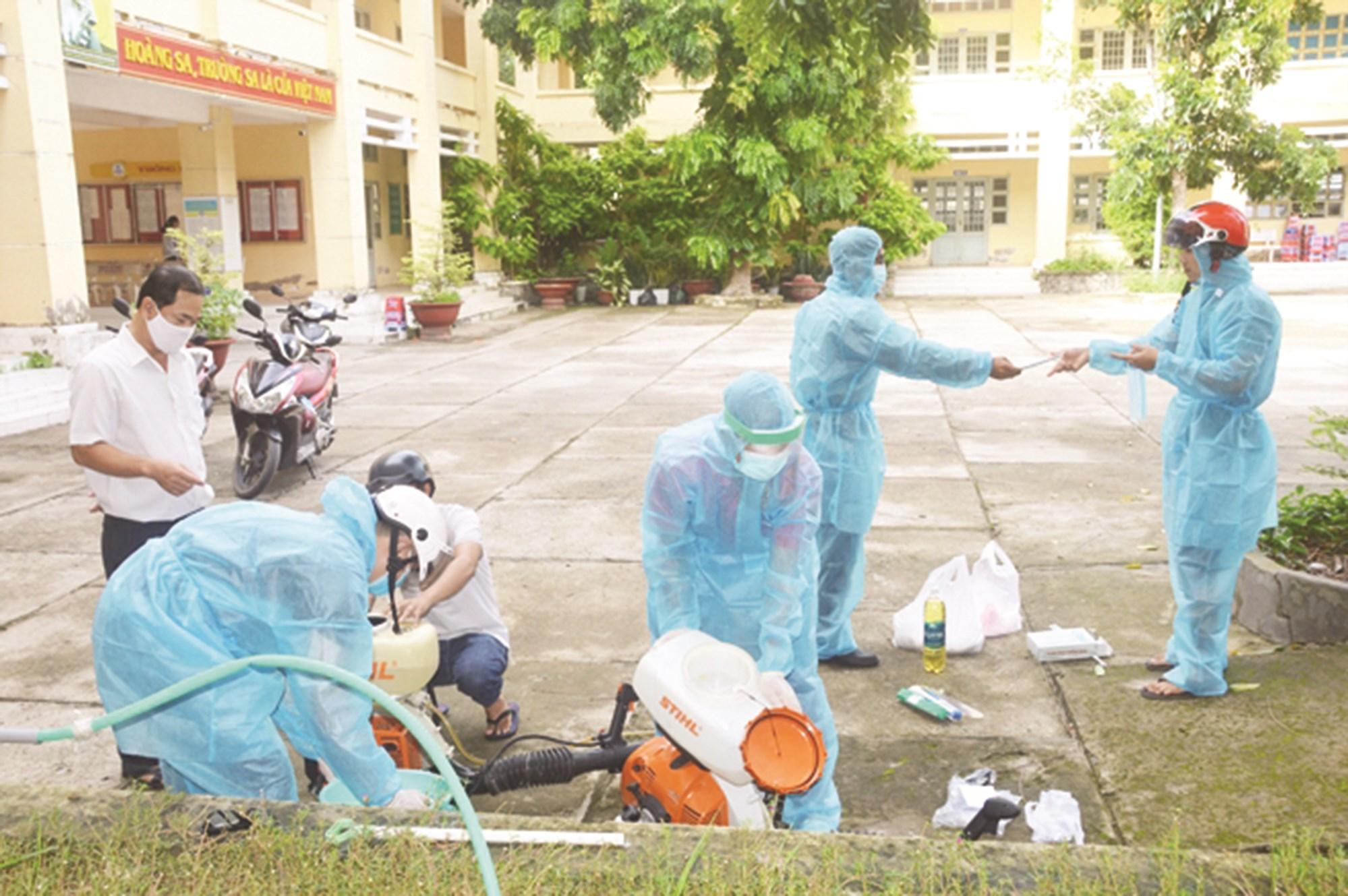 Trước ngày khai giảng các thầy giáo Trường Dân tộc Nội trú Huỳnh Cương (Sóc Trăng) chủ động thực hiện vệ sinh, phun khử trùng trường lớp để đón học sinh trở lại trường