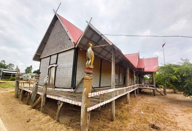 Những bức tượng gỗ trang trí xung quanh nhà rông tổ dân phố Plei Hle Ktu vẫn còn vẹn nguyên. Ảnh: baogialai.com.vn
