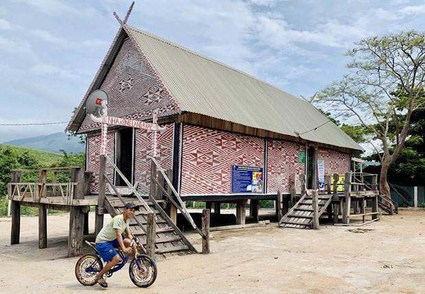 Nhà rông làng Đak Hway (xã Đak Tơ Pang, huyện Kông Chro) nổi bật với bức vách trang trí hoa văn đẹp mắt. Ảnh: baogialai.com.vn