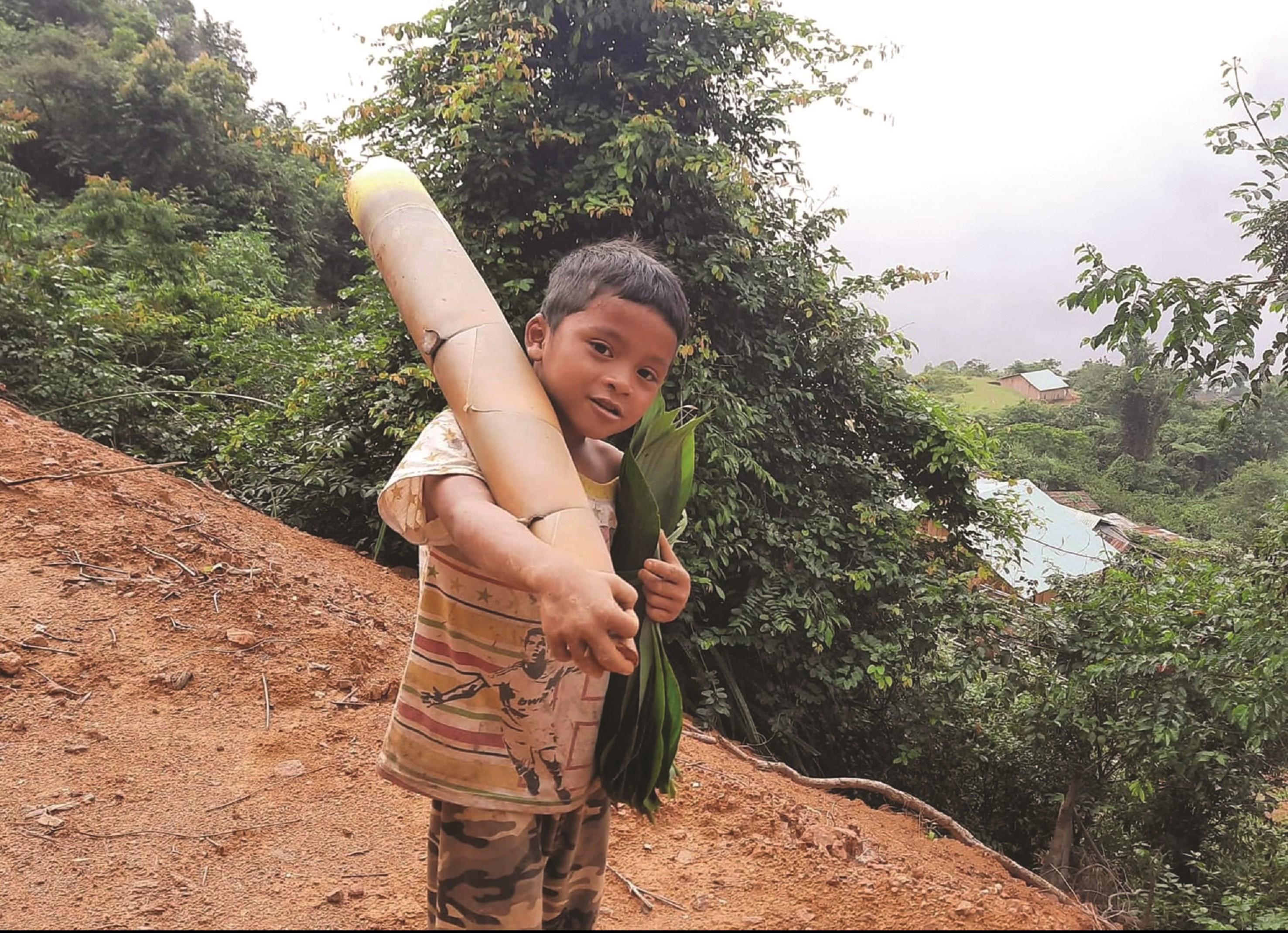 Cậu bé vác măng rừng ủng hộ chống dịch Hồ Ánh Khiết.
