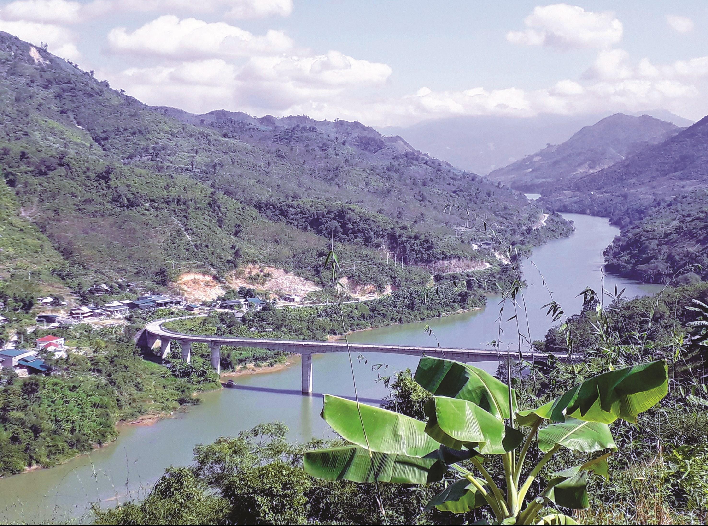 Nguồn vốn 30a là nguồn lực quan trọng để phát triển kinh tế - xã hội của các huyện miền núi. Trong ảnh: Cầu Chiêng Nưa, một trong những Dự án 30 a ở huyện Mường Lát giải ngân chậm.
