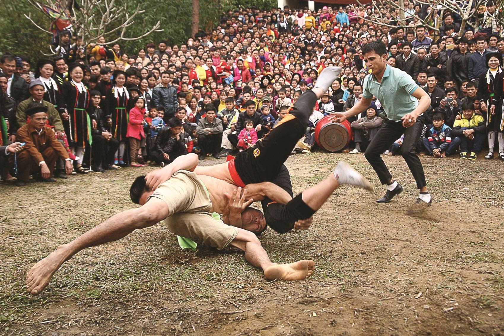 Hội đấu vật nhân dịp đầu Xuân của người Cao Lan ở Vĩnh Phúc
