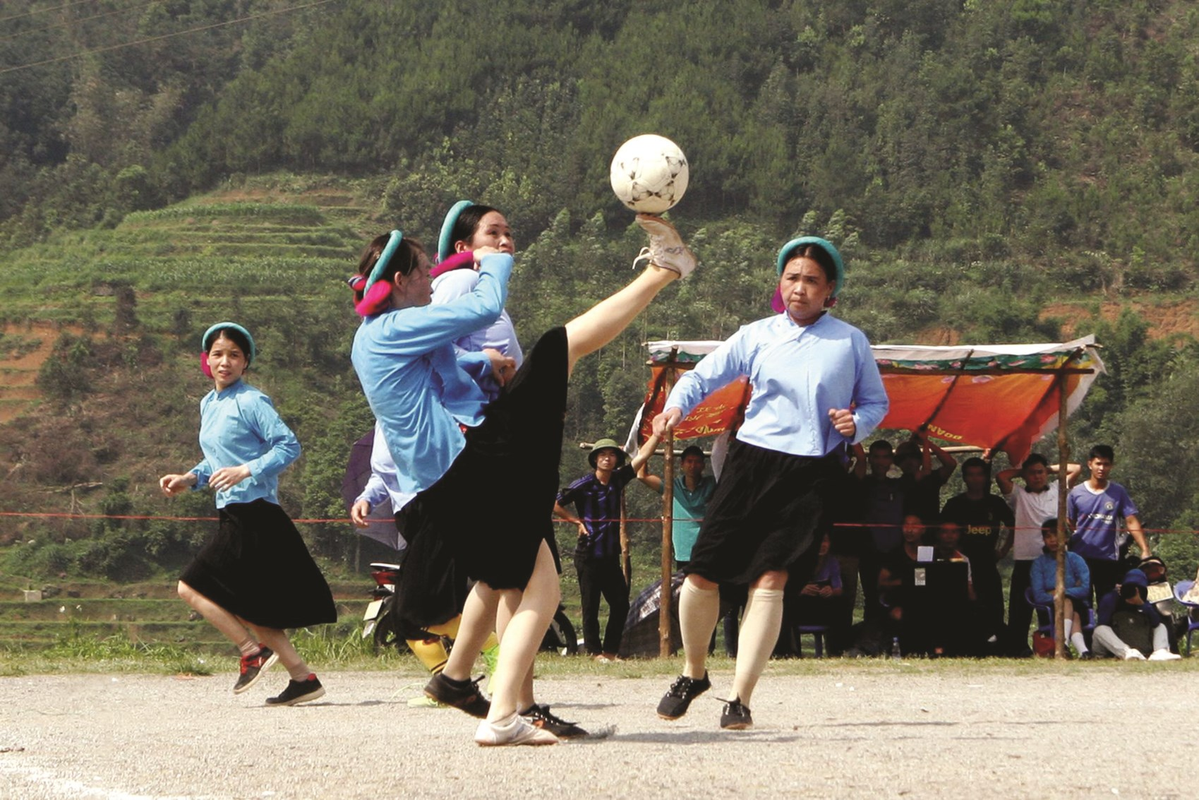 Tác phẩm: Đội bóng đá nữ dân tộc Sán Chỉ - Bình Liêu (Quảng Ninh). Đây là trận đấu giữa các đội bóng nữ dân tộc Sán Chỉ mừng Xuân năm mới 2019