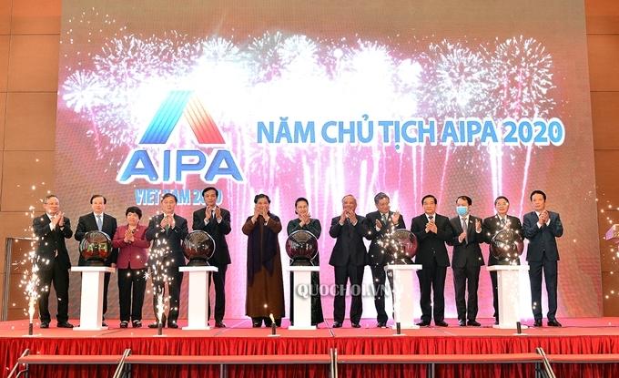 Các đại biểu ấn nút khởi động Trang Thông tin điện tử, Ứng dụng trên thiết bị di động của Năm Chủ tịch AIPA 2020. (Ảnh: quochoi.vn)