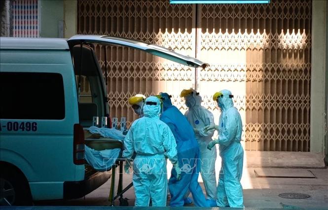 Bệnh nhân nghi nhiễm COVID-19 được chuyển đến Bệnh viện Đà Nẵng để điều trị, theo dõi. Ảnh: Văn Dũng/TTXVN