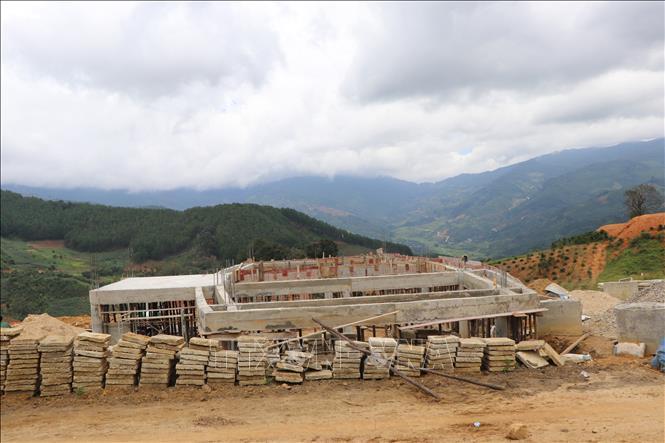 Xây dựng nhà rông cho làng Tu Thó tại điểm định cư mới ở xã Tê Xăng, huyện Tu Mơ Rông.
