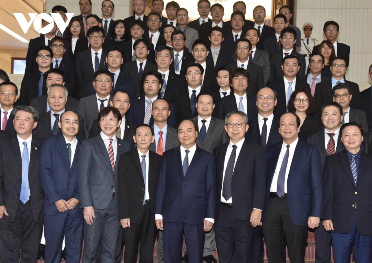 Thủ tướng chụp ảnh lưu niệm với 15 doanh nghiệp được lựa chọn trong Dự án hỗ trợ của Chính phủ Nhật Bản để đa dạng hóa nguồn cung cho chuỗi cung ứng ở nước ngoài