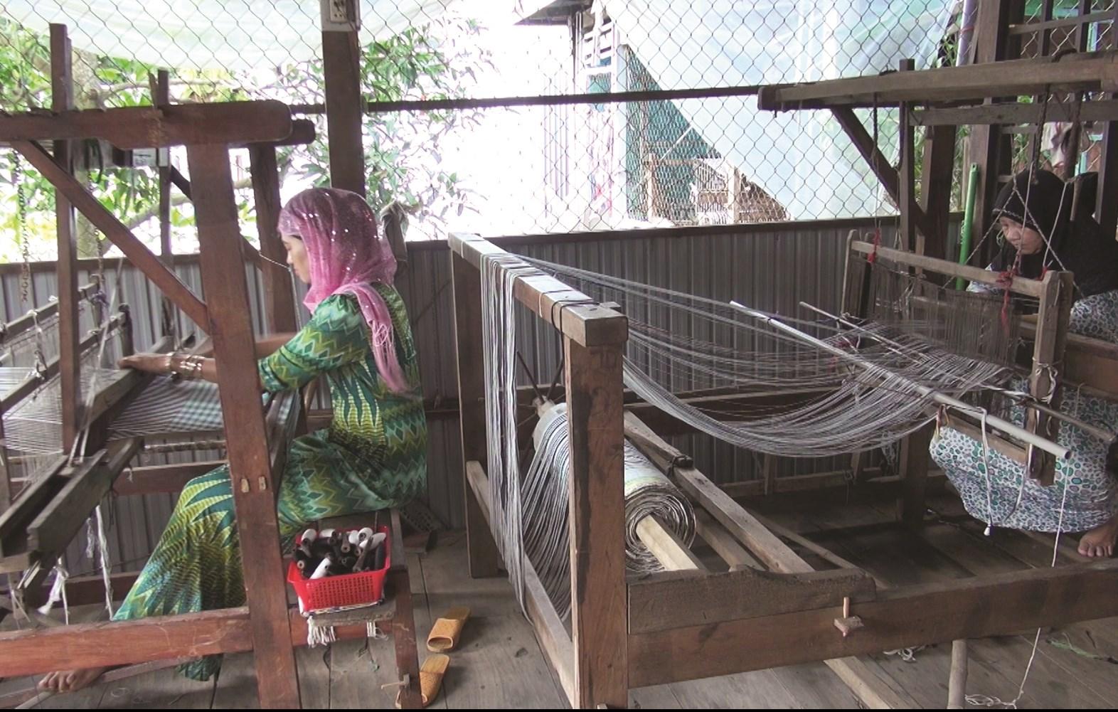 Nghề dệt thổ cẩm truyền thống mang lại thu nhập ổn định cho bà con dân tộc Chăm ở Châu Phong