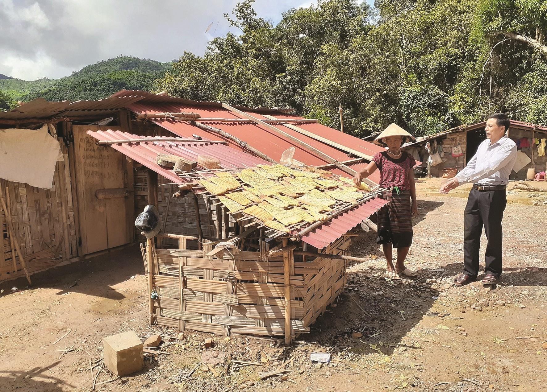 Bà Nạ Thị Đăm bên căn nhà tạm bợ được gia đình dựng cách đây gần 2 năm