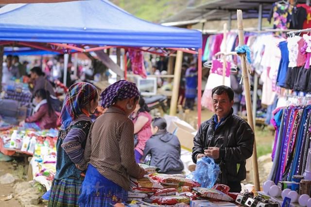 Đa số là những mặt hàng do người dân vùng cao tự làm, tự sản xuất như rau, thịt,... (Ảnh: Minh Sơn/Vietnam+).