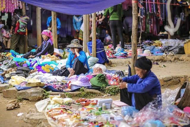 Ngoài ra, đồng bào dân tộc nơi đây còn bán những vật dụng cần thiết trong gia đình và công việc. (Ảnh: Minh Sơn/Vietnam+).