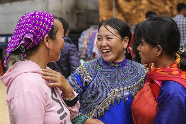 Do vẫn còn giữ nguyên nét đơn sơ của người dân vùng cao, chợ phiên Cán Cấu luôn thu hút khá nhiều khách du lịch nước ngoài đến thăm và trải nghiệm nét văn hóa đặc sắc nơi đây. (Ảnh: Minh Sơn/Vietnam+).