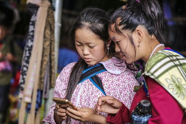 Sẽ không khó để khách du lịch có thể bắt gặp những người dân tộc trong bộ đồ rực rỡ với nhiều màu sắc mang nét truyền thống đang tíu tít chuyện trò. (Ảnh: Minh Sơn/Vietnam+).