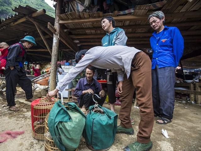 Ngoài việc trao đổi hàng hóa, mua sắm, người ta đến đây còn để hòa mình vào không khí nhộn nhịp, gặp gỡ bạn bè, người thân. (Ảnh: Minh Sơn/Vietnam+).