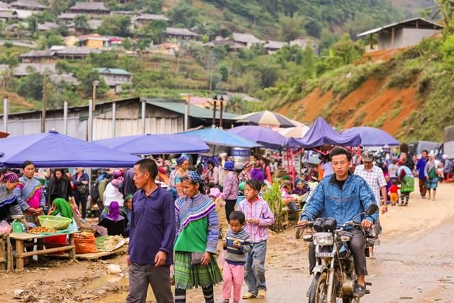 Chợ cách thành phố Lào Cai gần 100 km về phía Đông Bắc và cách thị trấn Bắc Hà gần 30km theo hướng Bắc. (Ảnh: Minh Sơn/Vietnam+).