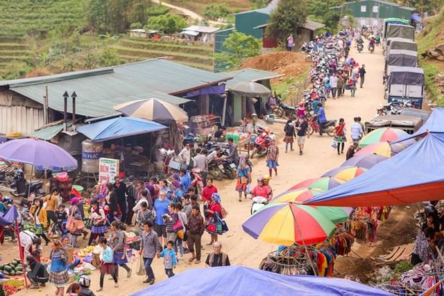 Không giống với những phiên chợ hay địa điểm du lịch khác tại Lào Cai, chợ phiên Cán Cấu sau bao năm tháng vẫn còn giữ được nét đặc trưng vốn có của người dân tộc vùng cao. (Ảnh: Minh Sơn/Vietnam+).
