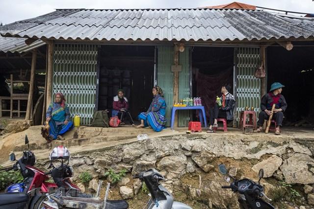 Chợ được gọi là chợ phiên bởi chỉ diễn ra vào thứ Bảy hàng tuần, từ sáng sớm đến quá trưa. Ngoài ra, chợ còn được tổ chức vào các ngày lễ, tết trong năm. (Ảnh: Minh Sơn/Vietnam+).