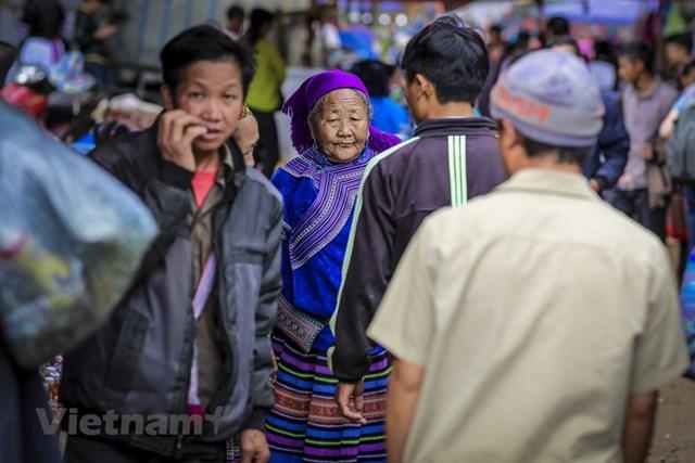 Ngay từ sáng sớm, nơi đây tấp nập bởi rất đông người dân tộc các vùng miền nô nức kéo về, bày bán những mặt hàng địa phương đa dạng. (Ảnh: Minh Sơn/Vietnam+).