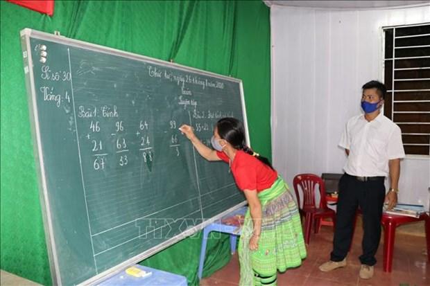 Giờ học toán của học sinh lớp xóa mù chữ. Ảnh: Việt Dũng – TTXVN