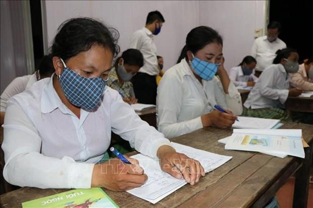 Lớp học xóa mù chữ được tổ chức từ 20h các ngày trong tuần, sau khi các học sinh đã xong việc nương rẫy. Ảnh: Việt Dũng – TTXVN