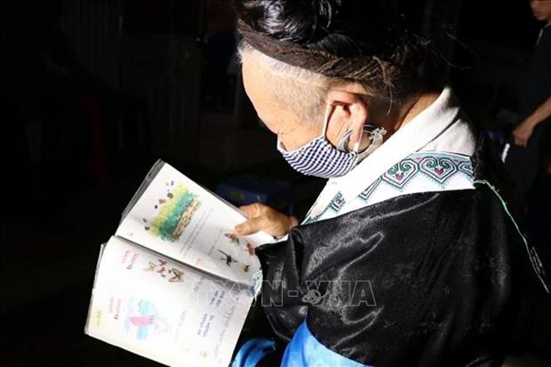 Dù đã 70 tuổi, bà Tráng Thị Di ở thôn Tấu Dưới, xã Trạm Tấu, huyện Trạm Tấu, vẫn miệt mài học đọc và viết chữ. Ảnh: Việt Dũng – TTXVN
