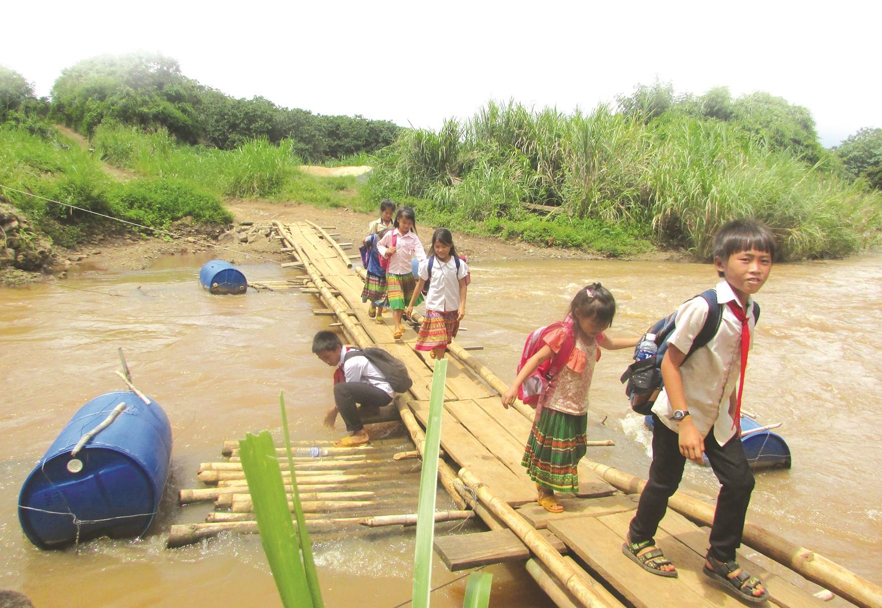 Các em nhỏ buôn Mông, xã Ea Kiết phải đi bộ 7 - 8km để đến trường