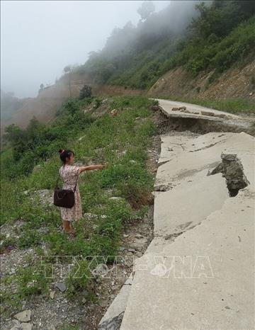 Tuyến đường đi vào khu trung tâm bản Ma Sang, xã Nậm Pì xuất hiện nhiều điểm sụt lún. Ảnh: Việt Hoàng/TTXVN