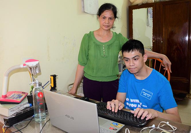 Phan Hoàng Anh học tập cùng máy tính.