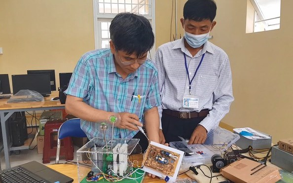 Thầy Văn Sỹ Nghi (trái) lắp ráp máy trợ thở ẢNH: ĐỨC HUY