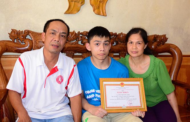 Phan Hoàng Anh cùng bố mẹ.